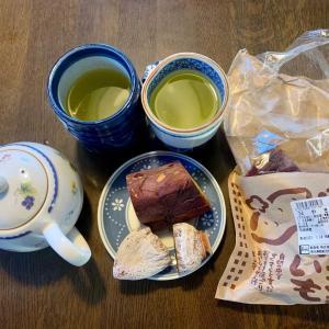 おやつは、焼いも、干柿、緑茶。