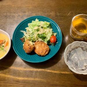夕食は、大葉チーズ入りまぐろミンチカツ、アーモンド・レタス・貝割れ・ニラ醤油・ミニトマト、チキン・人参・カリフラワー・貝割れ・椎茸のココナッツミルクシチュー、麦茶、抹茶アイス・寒天・きな粉、いちご。