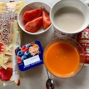 朝食は、ふじりんご入りカスタードクリームパン、トマト、ベリーヨーグルト、キャロットジュース、カフェオレ、ヨーグルトドリンク。
