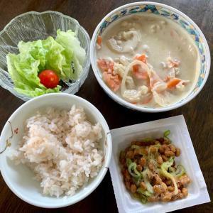 昼食は、梅だれ納豆・ネギ、チキン・人参・カリフラワーのココナッツミルクシチュー、レタス・ミニトマト、麦ご飯。