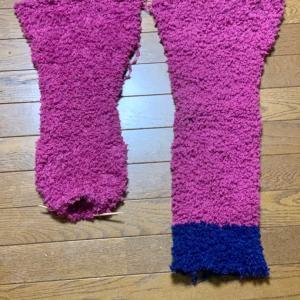 輪編みで、ホームウェアのパンツを作成中。片足ずつ輪編みで編み、両足まとめて、また輪編みしてます。