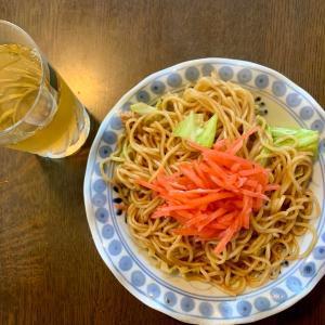 昼食は、焼きそば'(豚・キャベツ)、紅生姜、麦茶。