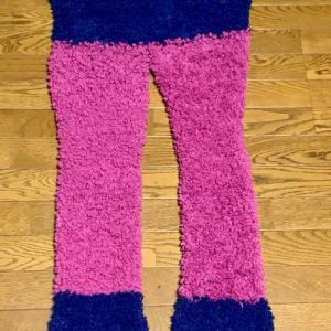 輪編みでホームウェアのパンツ完成。両足がピンクと青。ピンクの毛糸が足りず、腰から上が青なので、  長女にはブルマみたいで恥ずかしいと言われてしまった・・・  次女はスーパーマンみたいと慰めてくれたけどねww