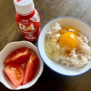 朝食は、卵かけ麦ご飯、ドリンクヨーグルト、トマト。