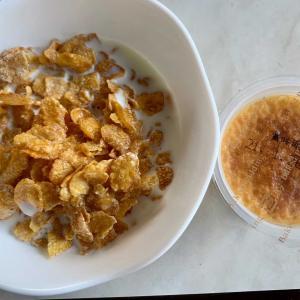 朝食は、コーンフロスティー・牛乳、プリン、チーズフォンデュ・トマト。