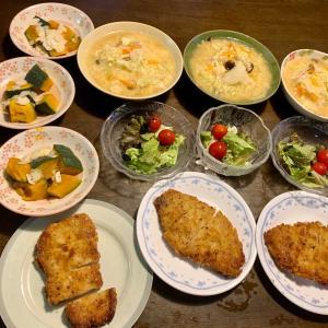 夕食は、チーズポークカツ、蒸し南瓜・アーモンド、サニーレタス・ミニトマト、ベーコン・しめじ・キャベツ・人参・玉ねぎのかきたま汁。葡萄。