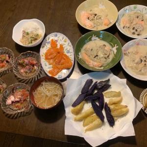 夕食は、鮭・玉ねぎ・しめじのクリーム煮、スモークサーモン、タコ・トマト・オリーブ・バスサミコ酢のクロアチア風サラダ、フライドポテト・アボガド、、豚・もやし・ピーマン炒め、もやしの味噌汁、ケーキ。