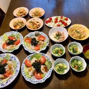 夕食は、水餃子・もやし・トマト・サニーレタス・わかめサラダ、イカ・キャベツ・ピーマン・人参炒め、胡瓜・紫蘇・梅和え、カプレーゼ(モッツァレラチーズ・ミニトマト・バジル)、豚・とろろ・ネギ・海苔、油揚げ・白菜・人参炒め、ネギの味噌汁、葡萄。