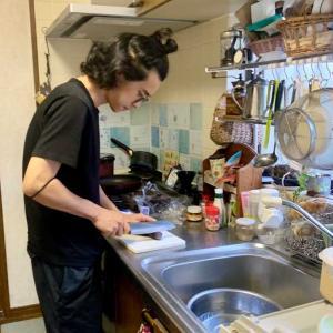 息子が、茄子の揚げ浸しを作ってくれるそうです。片栗粉を付けて揚げ、薬味も用意してくれました。  6時からデザインの専門学校のリモート授業があるので、ここから交代。私が漬け汁を用意して、薬味と合わせました。