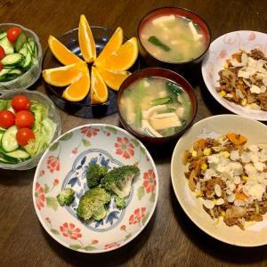 夕食は、ドライカレー(挽肉・玉ねぎ・人参・キャベツ・おろし生姜・コーン・スライスアーモンド)、レタス・ミニトマト・胡瓜、小松菜・油揚げの味噌汁、オレンジ。