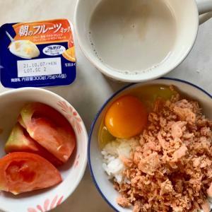 朝食は、卵かけご飯・鮭フレーク、トマト、フルーツミックスヨーグルト、カフェオレ。