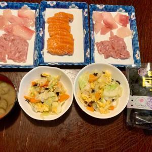 夕食は、鮪・サーモンの刺身、卵・木耳・キャベツ・人参・玉ねぎ・にんにくの炒めもの、茄子の味噌汁、種無し巨峰。