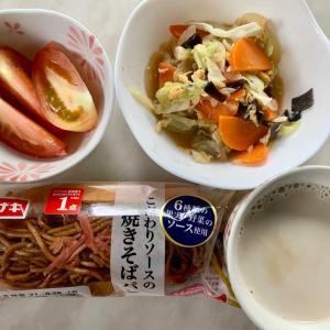 朝食は、やきそばパン、トマト、卵・キャベツ・人参・木耳・にんにく炒め、カフェオレ。
