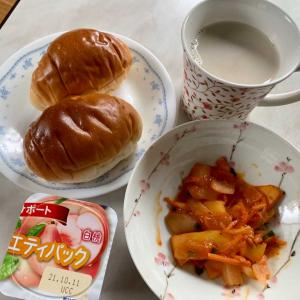 朝食は、イカ・玉ねぎ・人参炒め、ロールパン、白桃ヨーグルト、カフェオレ。