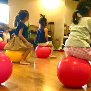 \今週末 11/16土/ バランスボール × アート × 音楽→幼児部体験会 開催!