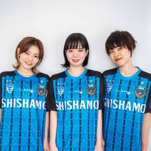【画像】SHISHAMOのボーカルさん、川崎フロンターレのユニフォームを着ても可愛い