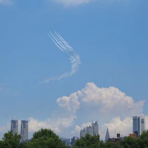 2021年東京の空、ブルーインパルスが五輪を描く
