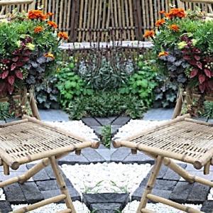 花と椅子のアート