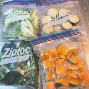 家庭菜園の野菜おかずとパラパラ冷凍野菜