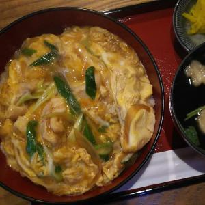 出町柳の蕎麦屋さん「司津屋」さんで親子丼。そばも食べたいんだけど…。
