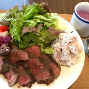 今日のランチはNIWACAFEの日替わりロースステーキと雑穀ライスプレート&日替わりハーフタルト♪