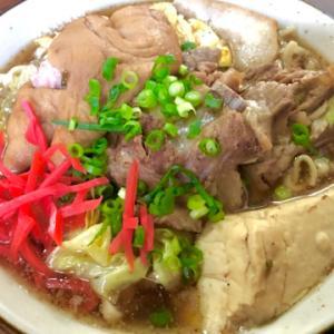 今日のランチは山田水車屋のソーキ・ティビチ・三枚肉・中味・肉三昧の超大盛りスペシャルそば♪