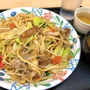 今日のランチは最強食堂 宜野湾店の焼きそば定食♪