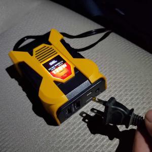 クルマのアクセサリーソケットで電源のコンセントが使えるようになるインバーターを買ってみた!