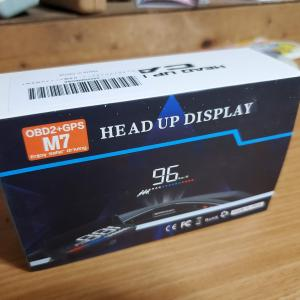 ポン付けで便利!フロントガラスにデジタルメーター表示の出来るヘッドアップディスプレイ