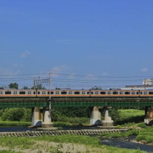 四季島を多摩川橋梁で