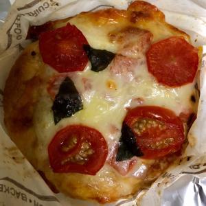 ベーカリーパレード トマトのピザと ポテトフランス