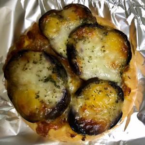 ベーカリーロボ 茄子とミートソースのフォカッチャと トマトとベーコンのピザパン