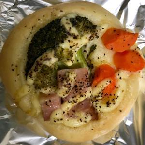 ベーカリーロボ 彩り野菜とベーコンのフォカッチャと特大クリームパン