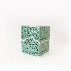 透かし彫り立方体香入れ。
