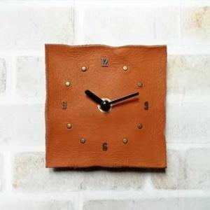 牛本革の壁掛け時計。