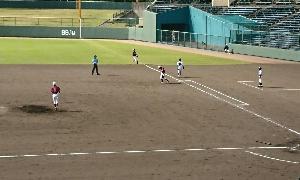 右中間に飛んだ飛球に対する一塁審判の動き