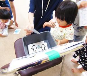 ◆両手で別々のことをするって難しいけれど集中します(9/18親子遊び②)