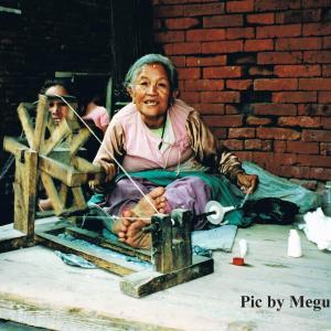 ネパールの古都で糸をつむぐ おばあちゃん