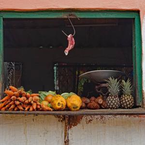 八百屋ですが お肉も売っています in キューバの田舎町
