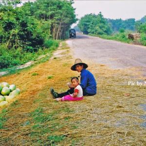 ラオス奥地の道端でスイカを売る親子 in 黄金の三角地帯
