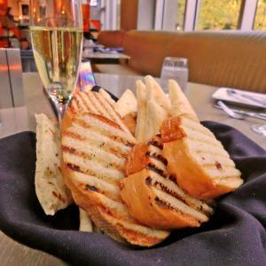 サラダの鮭は冷たいべきか、温かいべきか+シルクドソレイユ「LUZIA」:Hendricks Retro-Lounge