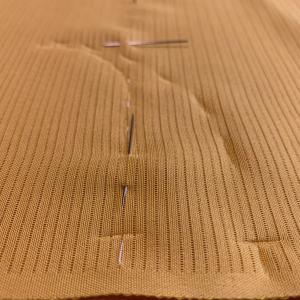衣紋を綺麗に抜くために、繰越を付けるのか、衿のつけ込みを変えるのか。