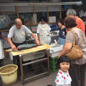 【宮元土曜縁日☆ブリの解体ショー】こども達も大きなお魚に興味津々!商店街のあったか縁日♪