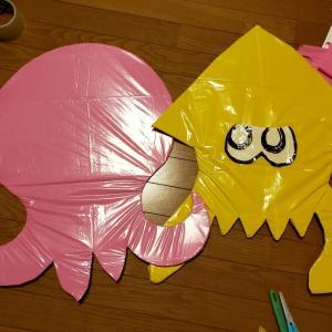 (学芸会の小道具や仮装などに)段ボールのはりぼてにカラーポリ袋で着彩する・スプラトゥーン