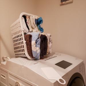 【狭小住宅】500円でDIY!バスルームのタオル収納2段ラックを100均の300円のカゴで作るよ