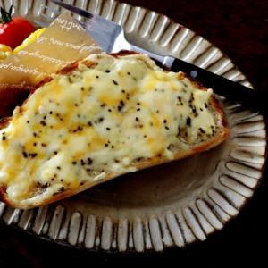 全粒粉の丸パン・・チーズトーストにとうもろこし♪