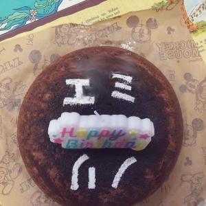 ノリ・エミの誕生日に、名入りのケーキを作ってやりました。