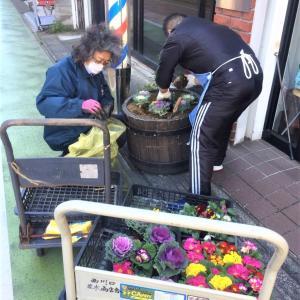 並木商店街花植え作業のバイト。