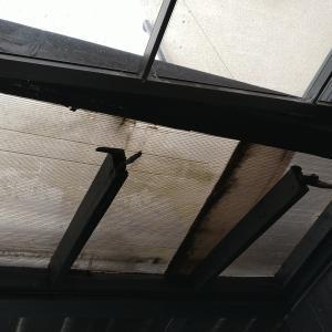 ご迷惑をおかけしますが、駐車場の屋根の修理に入ります。