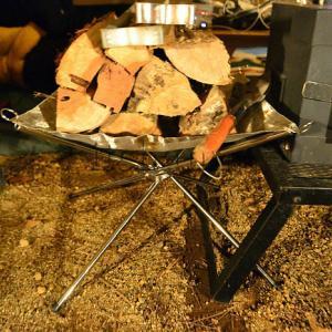 高い薪ラックは不要・あのメッシュ焚火台が男前な薪受け台として使えます